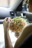 Braut, die im Auto sitzt lizenzfreies stockfoto