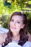 Braut, die im Park sich entspannt stockbild