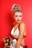 Braut, die im ursprünglichen Kleid witn Blumenstrauß trägt Lizenzfreie Stockbilder