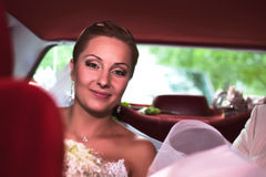 Braut, die innerhalb eines Autos sitzt lizenzfreies stockfoto