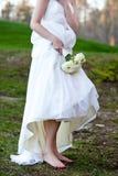 Braut, die keine Schuhe im Schlamm trägt lizenzfreie stockfotografie