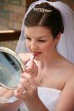Braut, die lipstcik setzt Stockbild