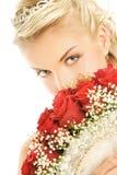 Braut, die Luxuxblumenstrauß versteckt Stockfotografie