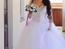 Braut, die mit Blumenstrauß geht Lizenzfreies Stockfoto