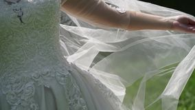 Braut, die mit Schleier spielt stock footage
