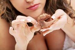Braut, die Muffin isst lizenzfreie stockfotos
