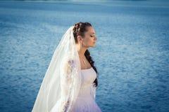 Braut, die nahe dem Fluss steht stockbilder