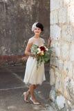 Braut, die nahe der Wand aufwirft lizenzfreies stockfoto