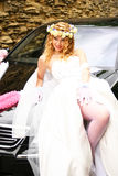 Braut, die nahe einem Auto aufwirft Stockfoto