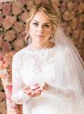 Braut, die Ohrringe hält lizenzfreie stockbilder