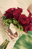 Braut, die rosafarbenen Blumenstrauß des Rotes anhält Lizenzfreie Stockfotos