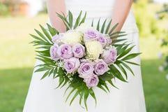 Braut, die Rose Bouquet hält Stockfotografie