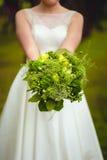Braut, die rustical Hochzeitsblumenstrauß hält Lizenzfreie Stockfotos