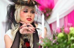 Braut, die schwarze Nettohandschuhe und ungewöhnlichen Hut trägt Lizenzfreies Stockfoto