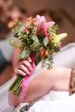 Braut, die sich vorbereitet, Lilien-Blumenstrauß zu werfen Stockfotos