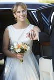 Braut, die unten vom Auto erhält Stockfotos