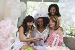 Braut, die Verpflichtung Ring To Friends zeigt Lizenzfreie Stockfotos