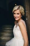 Braut, die vor der alten Tür steht Lizenzfreie Stockbilder