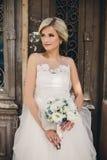 Braut, die vor der alten Tür steht Stockfoto