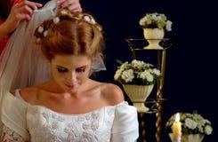 Braut, die an Wahl des Bräutigams denkt Frau im Hochzeitskleid Stockbilder