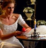 Braut, die an Wahl des Bräutigams denkt Frau im Hochzeitskleid Stockfotos
