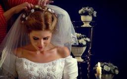 Braut, die an Wahl des Bräutigams denkt Frau im Hochzeitskleid Lizenzfreies Stockfoto