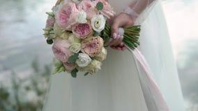 Braut, die zurück ihren Blumenstrauß hinter ihr hält stock video footage