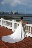 Braut durch das Meer Stockfotografie