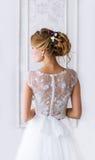 Braut Ein junges Mädchen im weißen Kleid Stockfoto