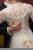 Braut ein Netzkabel auf einem Kleid lizenzfreie stockfotografie