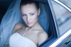 Braut in einem Auto Stockfotos