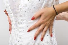 Braut in einem Hochzeitskleid Stockfotos