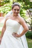 Braut in einem Hochzeitskleid Lizenzfreie Stockfotos
