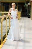 Braut in einem Hochzeitskleidervor Hochzeitsporträt lizenzfreie stockfotografie