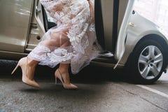 Braut in einem luxuriösen Hochzeitskleid lizenzfreie stockfotos