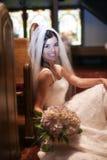 Braut in einer Kirche Stockbild