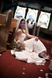 Braut in einer Kirche Stockfotos