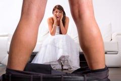 Braut entsetzt am Bräutigam Striptease Lizenzfreies Stockfoto