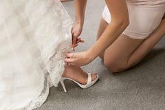 Braut erhalten Schuh gebunden Stockbild