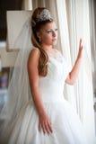 Braut am Fenster Stockfotografie