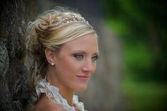 Braut gegen eine Steinwand Stockbild