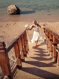 Braut geht herauf die Treppen Stockfoto