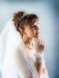 Braut gekleidet im weißen Hochzeitskleid der Eleganz Lizenzfreies Stockbild