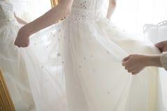 Braut gekleidet im weißen Kleid stockfoto