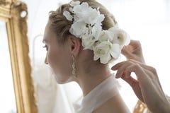 Braut gekleidet im weißen Kleid stockfotografie