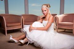 Braut gesetzt auf dem Fußboden Lizenzfreies Stockbild