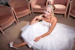 Braut gesetzt auf dem Fußboden Stockbilder