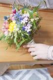 Braut hebt Brautblumenstrauß auf Stockfotos