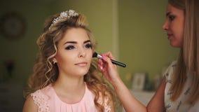 Braut herauf seine Backen Berufsmake-up für Frau mit gesunder junger Gesichtshaut stock footage