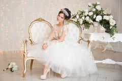 Braut hochzeit Die Braut in einem kurzen Kleid mit Spitze in der Krähe Lizenzfreie Stockbilder